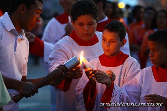Procissão luminosa na Paróquia Santa Maria dos Pobres, em Paranoá – DF