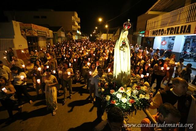 Em Posse – GO, na Paróquia Senhora Sant'Ana, procissão luminosa
