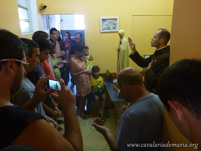 Em Nova Friburgo – RJ, Imagem Peregrina visita lares acompanhada por clérigos arautos