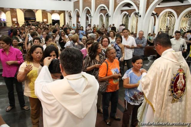 Muitos fiés recebem o Escapulário do Carmo, na Paróquia Nossa Senhora da Paz em Fortaleza – CE